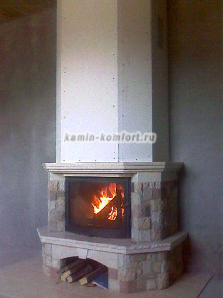 Фото Пристенный камин из златолита и мрамора