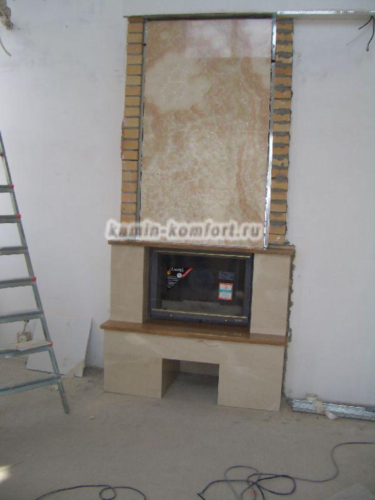 Фото Процесс облицовки каминной топки мрамором
