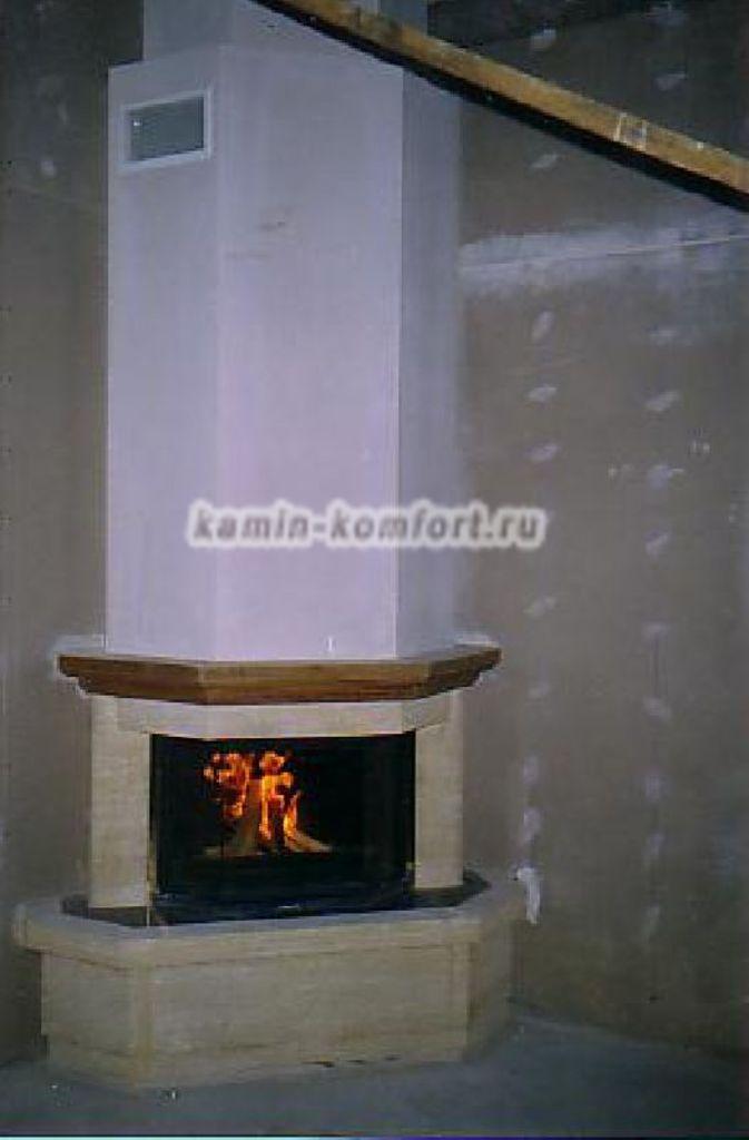 Фото Угловой камин из мрамора, балка дерево