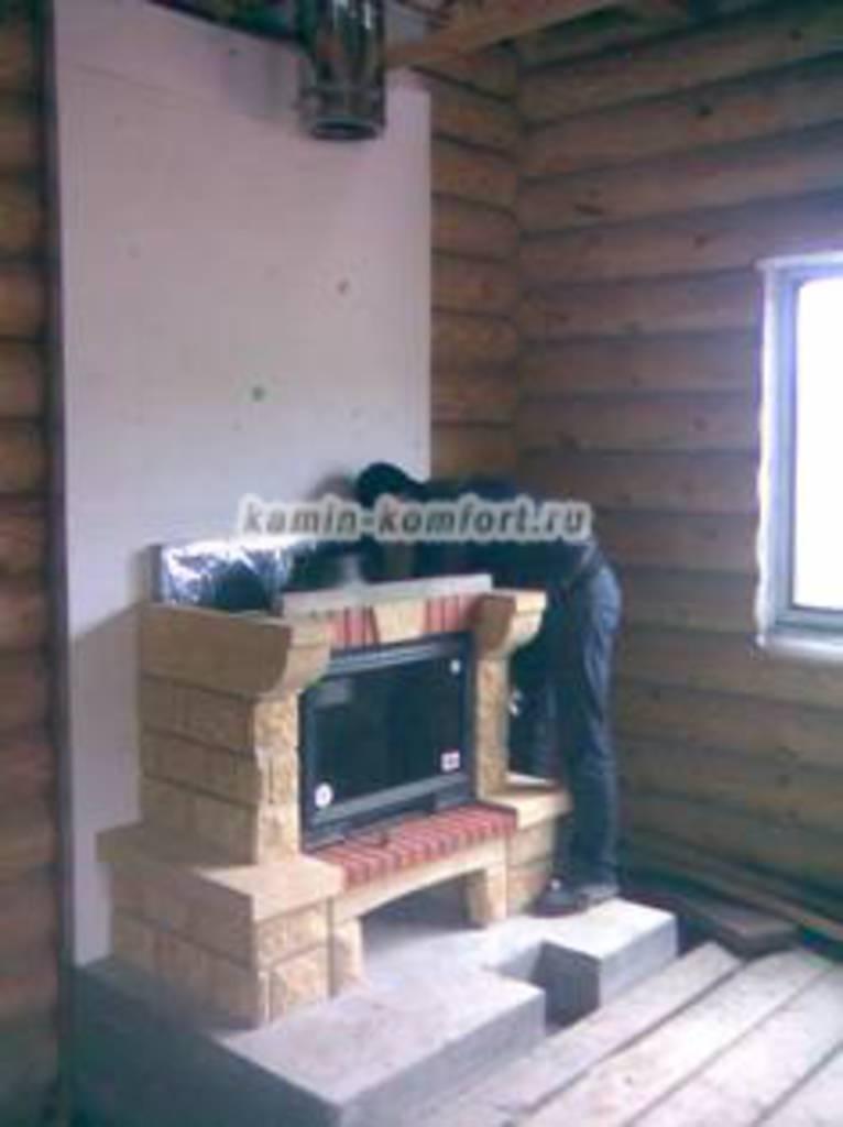Фото Сборка дровяного камина в деревянной доме