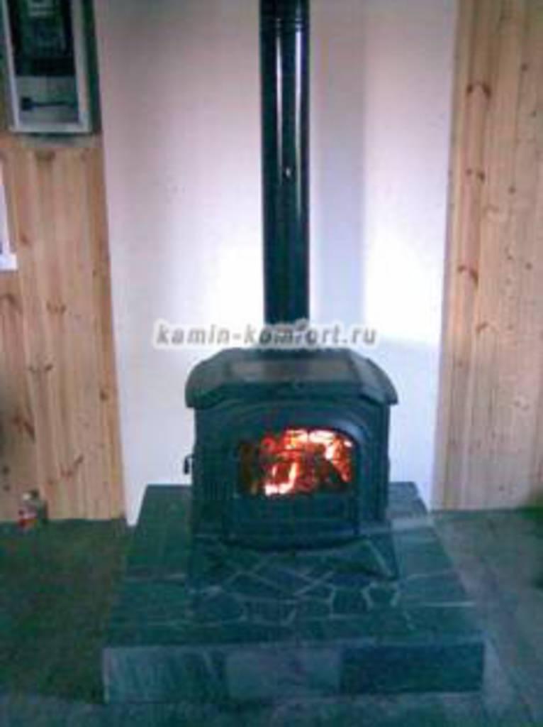 Фото Чугунная печь-камин в частном доме